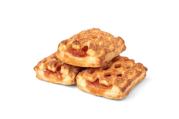 Ciasto francuskie z jabłkiem na białym tle.