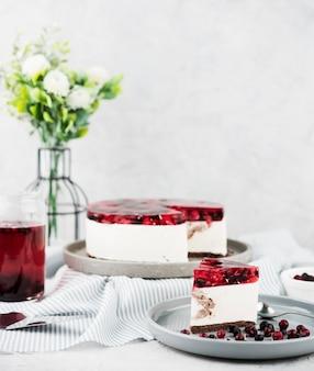 Ciasto galaretowe z kompozycją kwiatów