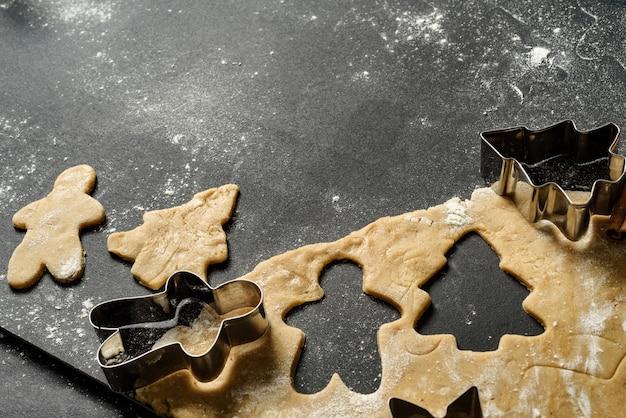 Ciasto i bakeware z piernika na ciemnym tle z miejsca na kopię