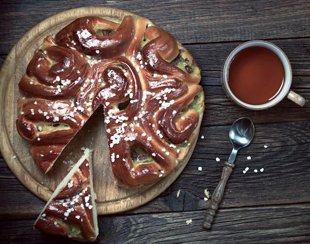 Ciasto i filiżankę herbaty na drewniane tła, widok z góry. stonowane zdjęcie