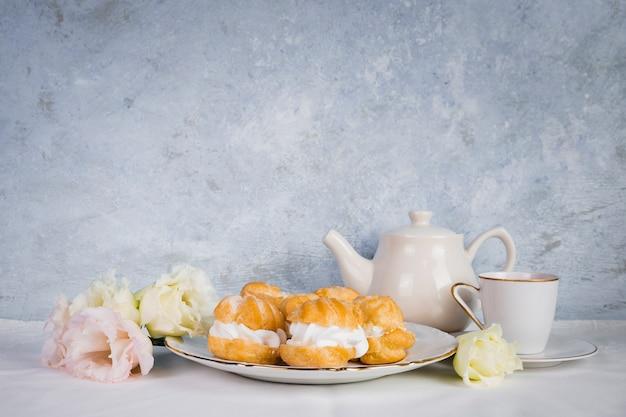 Ciasto i kwiaty w przestrzeni kopii