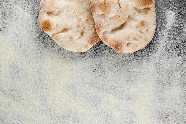 Ciasto i mąka do wykwintnej włoskiej kuchni pina romana i scrocchiarella. tradycyjne danie we włoszech. dostawa jedzenia z pizzerii.