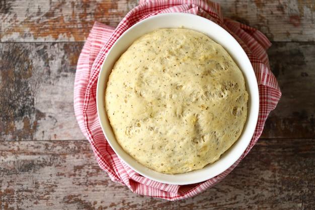 Ciasto jest podawane w misce.