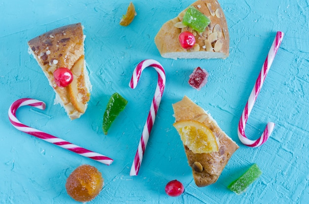 Ciasto kings z laskami świątecznymi.