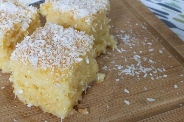 Ciasto kokosowe ze skondensowanym mlekiem tradycyjne na brazylijskie przyjęcia urodzinowe