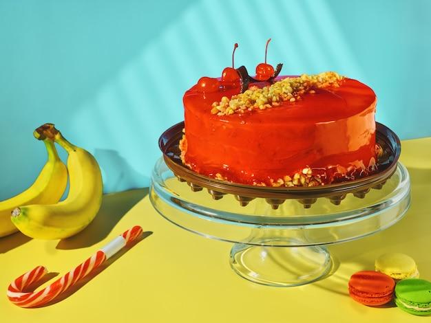 Ciasto, lizak, banany, makaronik – słodycze na stole
