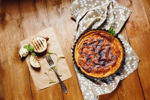 Ciasto lub tarta podawane z grillowanymi połówkami cebuli