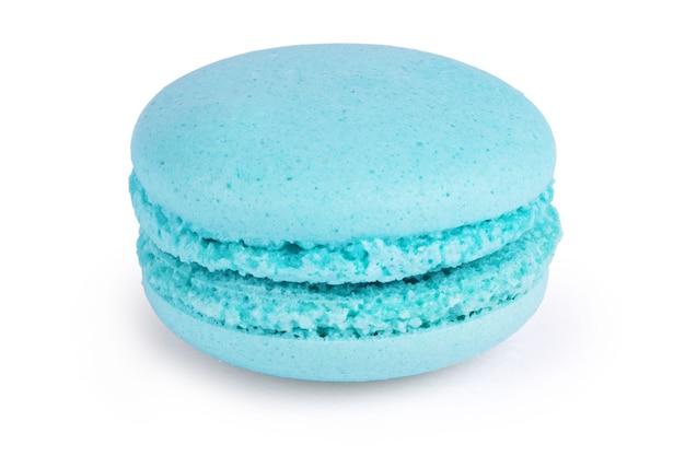 Ciasto makaronik lub makaronik na białym tle, słodki i kolorowy deser