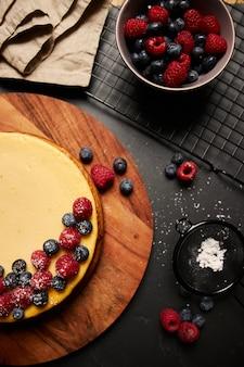 Ciasto malinowe, jeżynowo-jagodowe, widok z góry