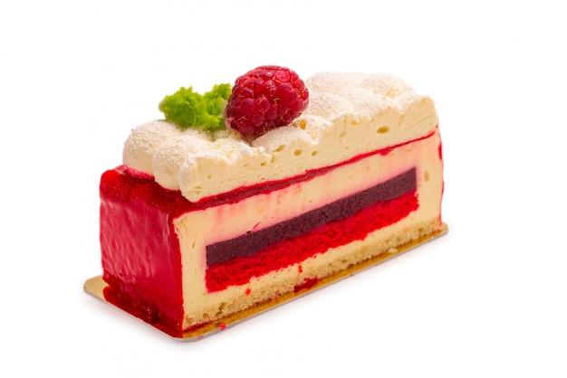 Ciasto malinowe na białym tle