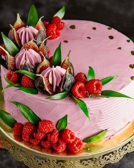 Ciasto malinowe ozdobione malinowymi figami i liśćmi