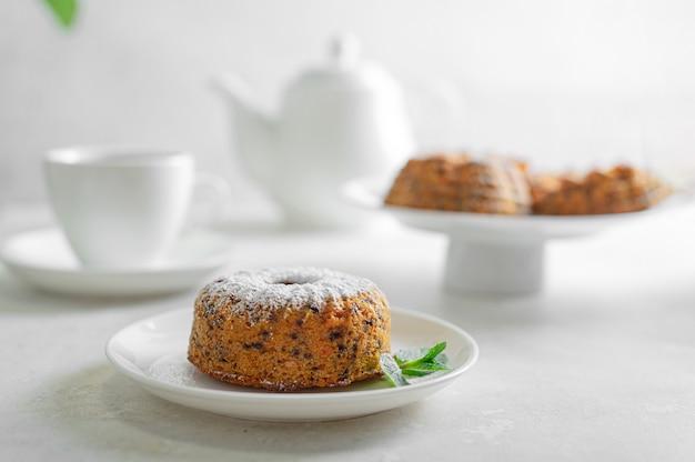 Ciasto marchewkowe (ciasto, muffinka). jedzenie wegetariańskie (chude). zdrowe odżywianie - lekkie smaczne pożywne śniadanie (przekąska).