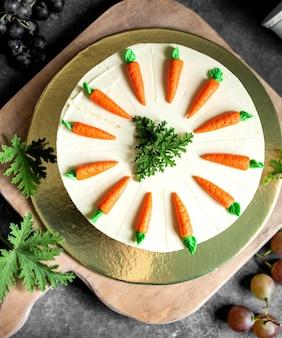 Ciasto marchewkowe ozdobione małymi marchewkowymi figurkami