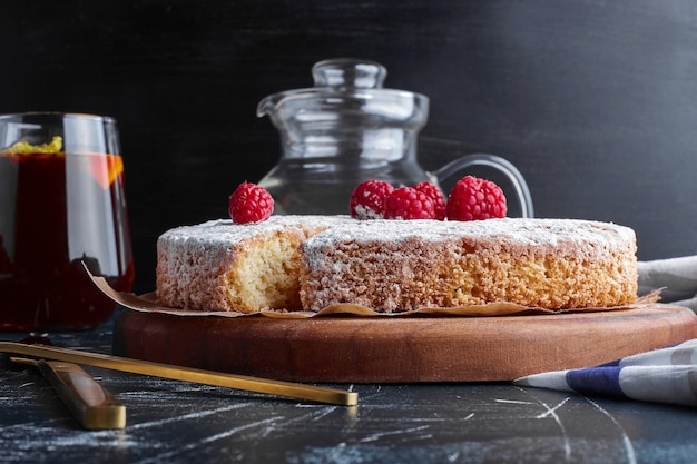 Ciasto marchewkowe z cukrem pudrem na wierzchu.
