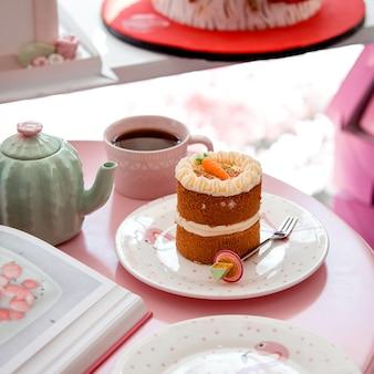 Ciasto marchewkowe z kimś i filiżanką herbaty