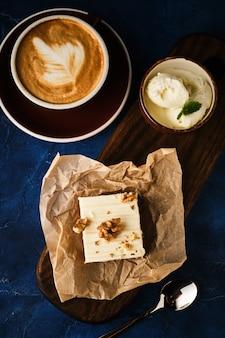 Ciasto marchewkowe z lodami i kawą. ciasto śmietankowe z orzechami włoskimi.
