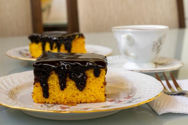 Ciasto marchewkowe z polewą czekoladową na popołudniową przekąskę. selektywne skupienie