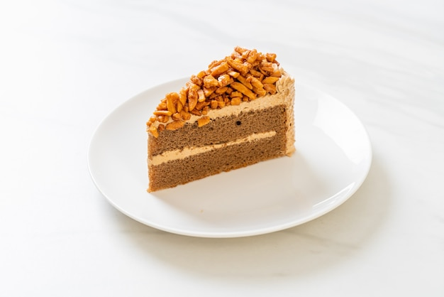Ciasto migdałowe domowej roboty kawa kawałek na białym talerzu
