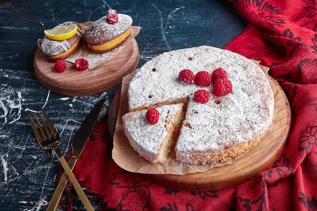 Ciasto millefeuille z malinami i cukrem pudrem.