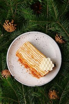 Ciasto miodowe na widok z góry płyty ceramicznej. deser ze świerkami z rożkiem