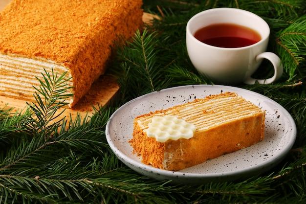 Ciasto miodowe z filiżanką herbaty ze świerkowym zbliżeniem