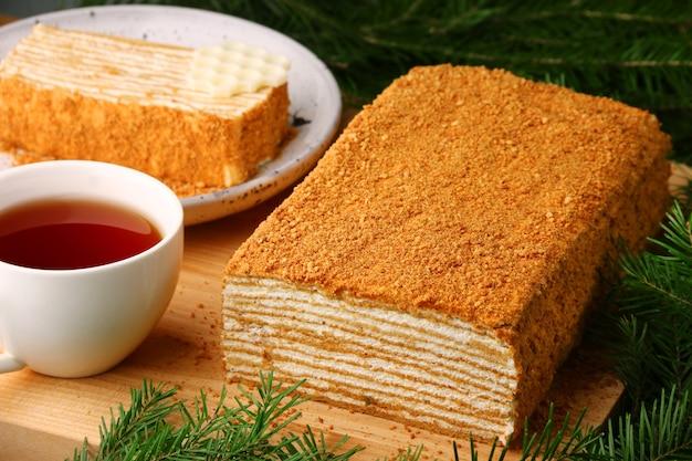 Ciasto miodowe z herbatą ze świerkowym zbliżeniem