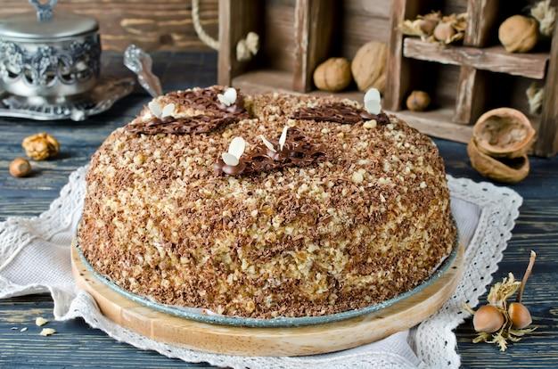 Ciasto miodowe z orzechami i startą czekoladą