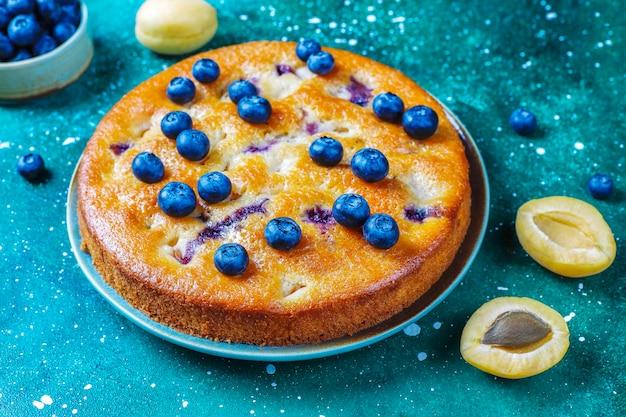 Ciasto morelowo-jagodowe ze świeżymi jagodami i owocami moreli.