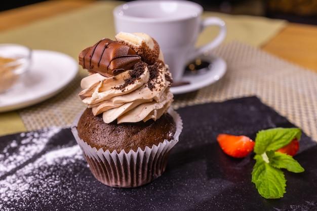Ciasto muffinki z zbliżeniem czekolady i truskawek