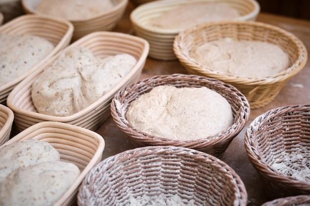 Ciasto na chleb drożdżowy w formach do pieczenia