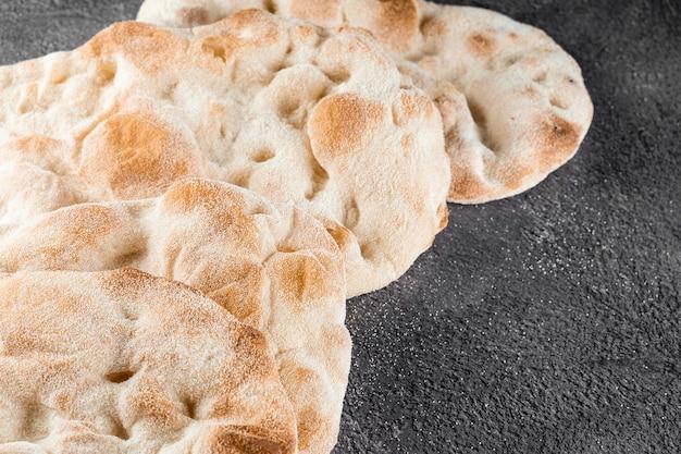 Ciasto na pina romana i scrocchiarella z 4 rodzajów mąki. włoska kuchnia dla smakoszy. tradycyjne danie we włoszech.