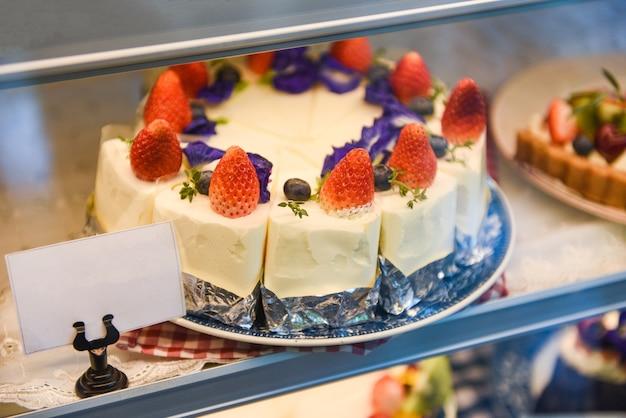 Ciasto na półce z ciastem truskawkowym i jagodowym