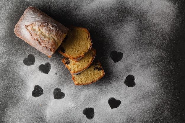 Ciasto na stole z wolną przestrzenią serca