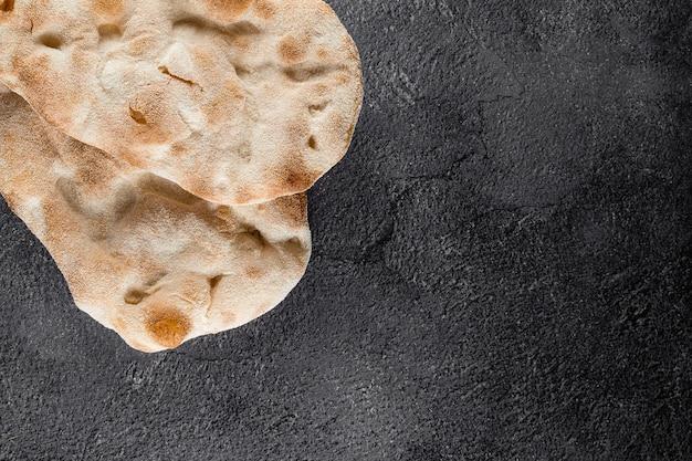 Ciasto na wykwintną włoską kuchnię pinsa romana i scrocchiarella. tradycyjne danie we włoszech. dostawa jedzenia z pizzerii.