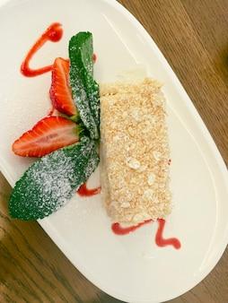 Ciasto napoleońskie ze świeżymi truskawkami i miętą. zdjęcie jedzenia