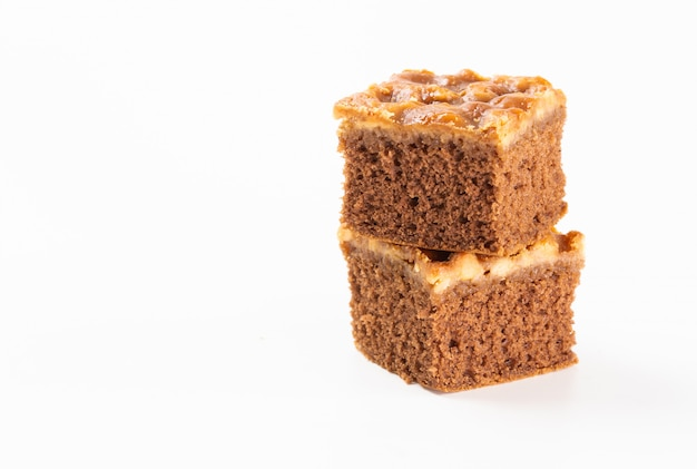Ciasto orzechowe toffi stos na białym tle