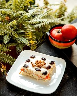 Ciasto owocowe i pomidory w misce