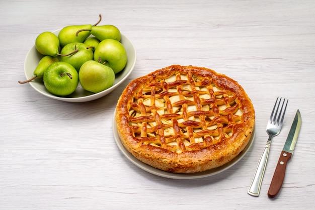Ciasto owocowe okrągłe pyszne z jabłkami i gruszkami na lekkim biurku ciasto biszkoptowe