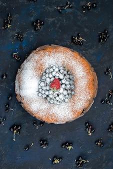 Ciasto owocowe z widokiem z góry pyszne i okrągłe uformowane ze świeżym niebieskim, jagodami na ciemnym, słodkim cukrem ciastka biszkoptowe