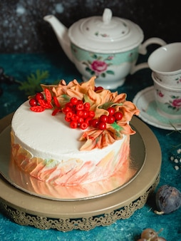 Ciasto ozdobione jagodami i śmietaną