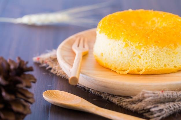 Ciasto pączek na talerzu na przekąski.