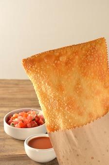 Ciasto pakowane w papier z sosami