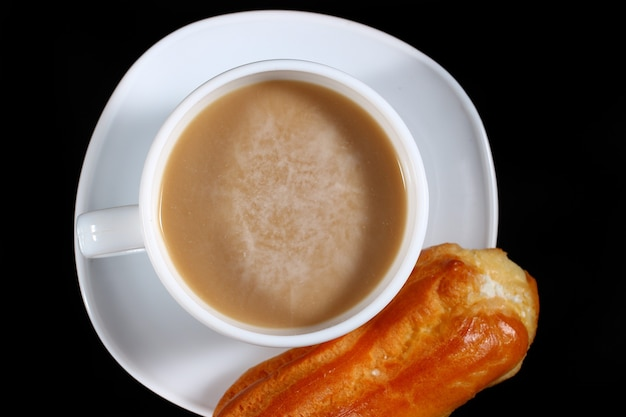 Ciasto parzone i cappuccino na ciemnym