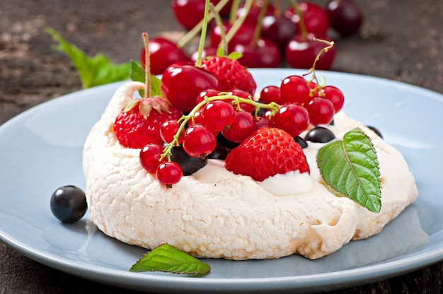 "Ciasto ""pavlova"" ze śmietaną i jagodami"