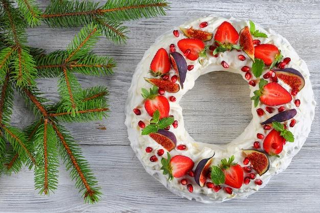 Ciasto pavlova ze świeżymi owocami