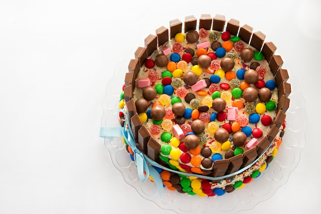 Ciasto pinata. wielobarwny cukierek nadziewany tortem urodzinowym ze słodyczami w środku.