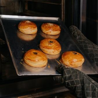 Ciasto qogal ciasto mączne w trakcie robienia ciasta słodka bułka wewnątrz srebrnej tacy piekarnika