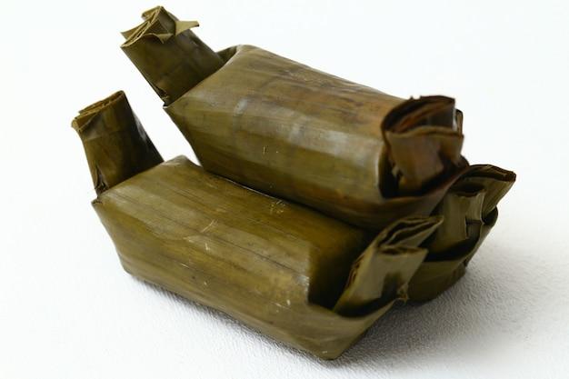 Ciasto ryżowe arem-arem lub lemper to tradycyjne jedzenie z javy na białej przestrzeni