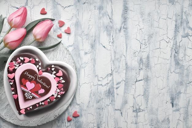 Ciasto serce valentine z czekoladą, dekoracje i tekst
