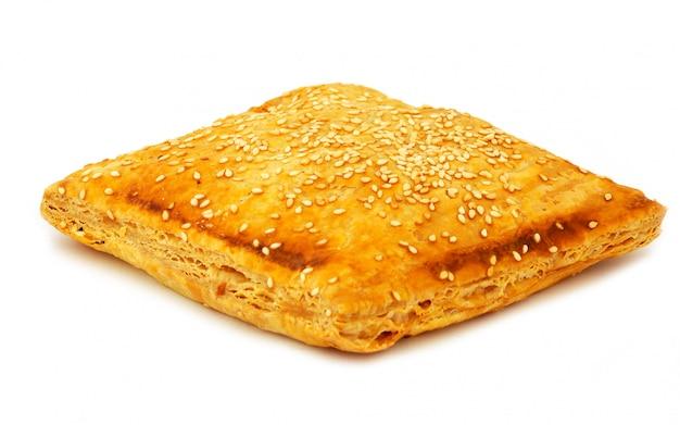 Ciasto serowe po grecku na białym tle
